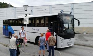 Festivalfyr ventar på buss på skysstasjonen i Sogndal. Bussen går frå perrong 3.