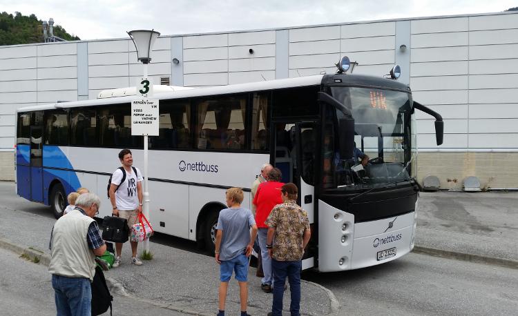 Festivalfyr ventar på buss på skysstasjonen i Sogndal. Perrong 3 er der han går ifrå