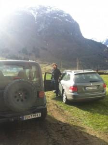 Gunnar går ut av bilen Skausgarden