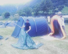 Torjus manøvrerer stanga røynd inn i teltduken